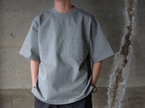 AURALEE「 STAND-UP TEE / BLUE GRAY 」