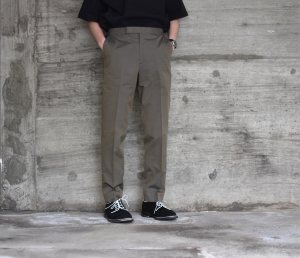 AURALEE 「 FINX SILK CHAMBRAY SLACKS / OLIVE CHAMBRAY 」