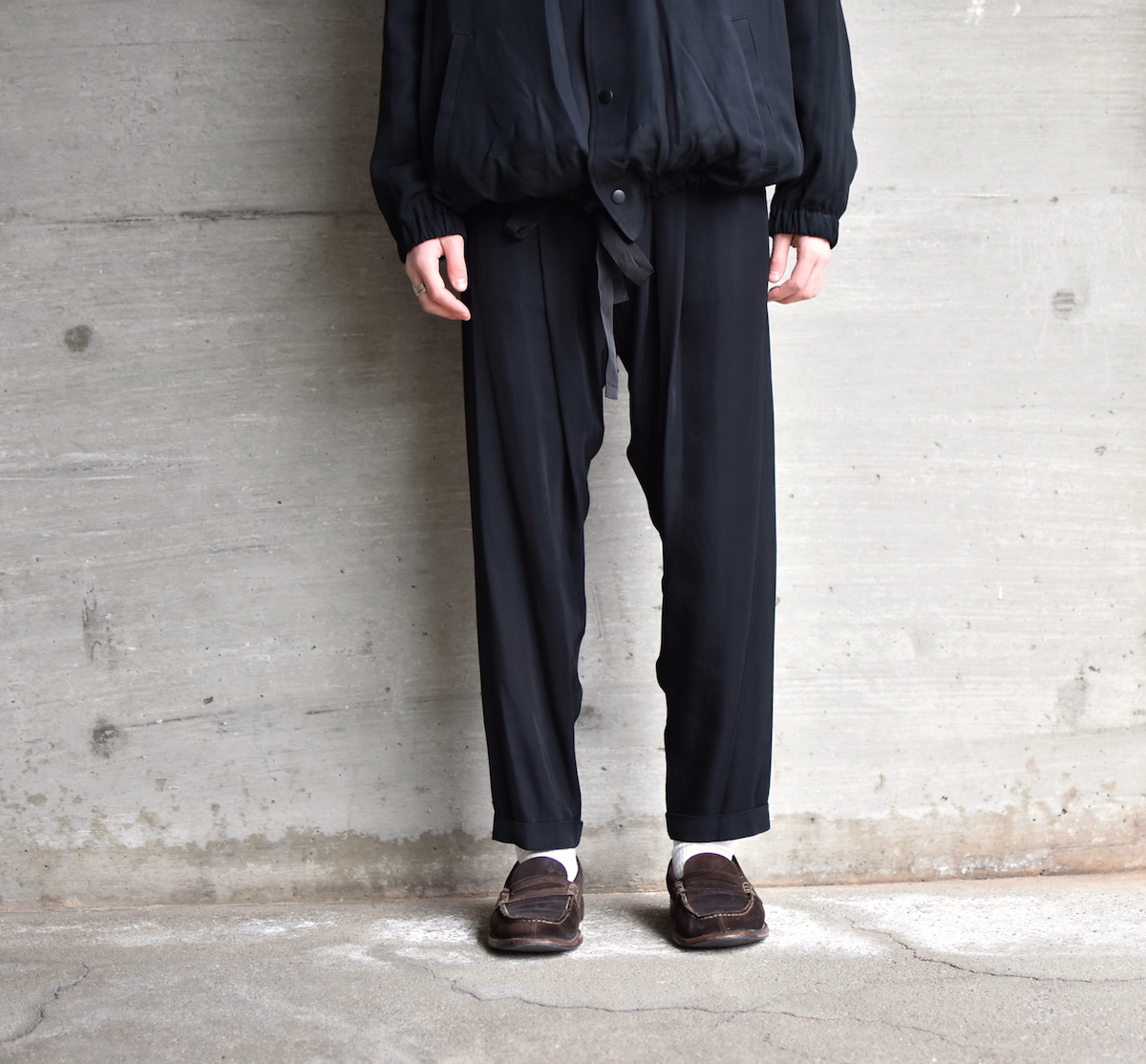 WHOWHAT 「 RAYON TUCK PANTS / BLACK 」