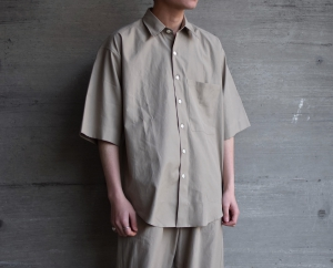 AURALEE「WASHED FINX TWILL HALF SLEEVED BIG SHIRTS / GRAY BEIGE」