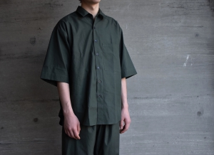 AURALEE「WASHED FINX TWILL HALF SLEEVED BIG SHIRTS / DARK GREEN」
