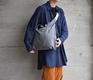 "WHOWHAT「 WRAP BAG "" S "" / DUNGAREE GRAY 」"