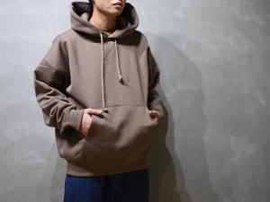 AURALEE「 BAGGY POLYESTER SWEAT P/O PARKA / BROWN 」