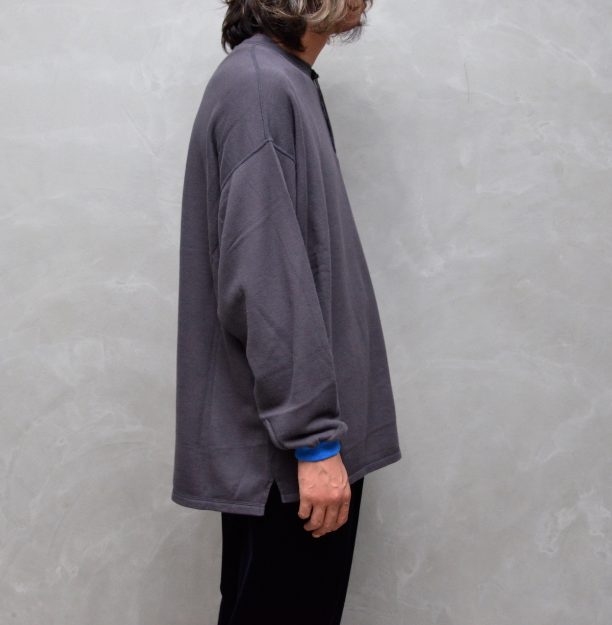 gourmet jeans 「 HENLY NECK SWEAT / CHARCOAL 」